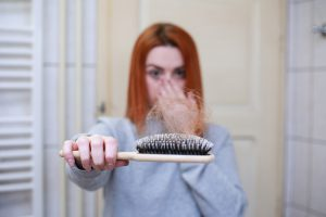 נשירת שיער אצל נשים לאחר הלידה: איך לשקם את השיער?