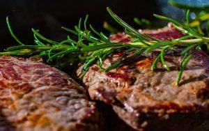 אכילת בשר לפי היהדות: כל החוקים וההלכות שכדאי להכיר